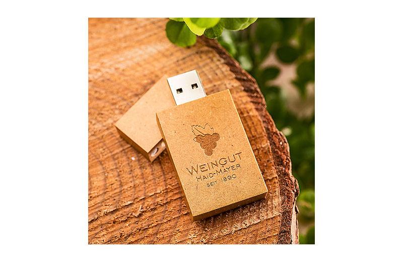 Eckiger USB-STICK aus recyceltem Karton mit Gravur