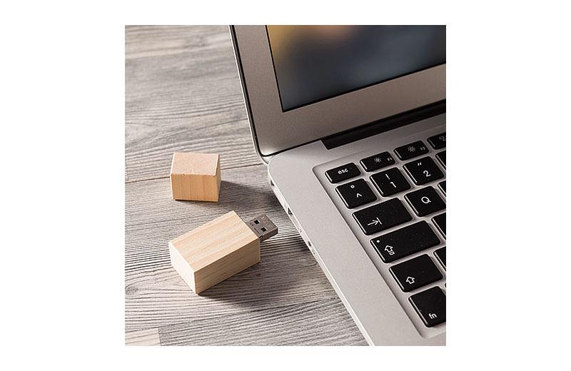 USB-STICK DELUXE aus Kiefernholz mit Magnet Schutzkappe